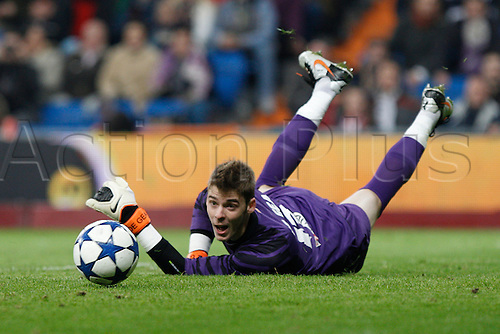 13.01.2011 Spanish Copa del Rey from the Santiago Bernebeu. Real Madrid vs At. Madrid 3-1. Picture shows  David de Gea looks backwards as he makes a save...