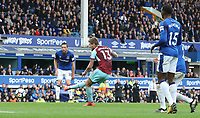 Burnley's Jeff Hendrick scores his side's first goal  <br /> <br /> Photographer Rachel Holborn/CameraSport<br /> <br /> The Premier League - Everton v Burnley - Sunday 1st October 2017 - Goodison Park - Liverpool<br /> <br /> World Copyright &copy; 2017 CameraSport. All rights reserved. 43 Linden Ave. Countesthorpe. Leicester. England. LE8 5PG - Tel: +44 (0) 116 277 4147 - admin@camerasport.com - www.camerasport.com