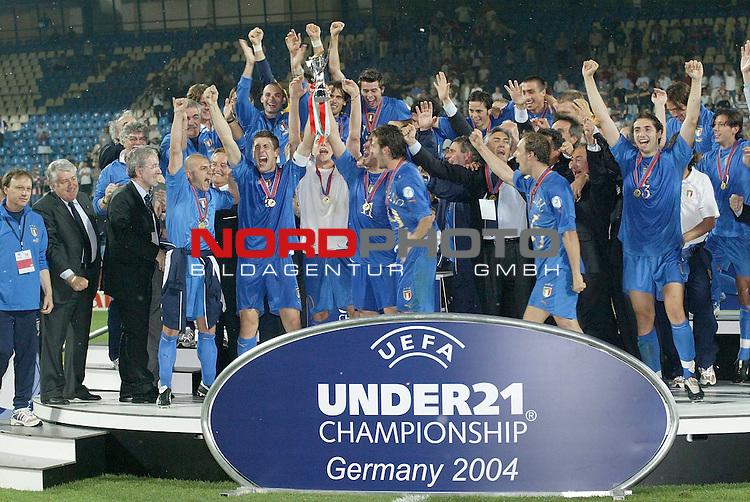 U21 - EM 2004 - Finale<br /> <br /> Serbien und Montenegro vs. Italien<br /> <br /> Europameister 2004 der U21 ist Italien. <br /> <br /> <br /> Foto &copy; nordphoto - Ruediger Lampe<br /> <br /> <br /> <br /> <br /> <br /> <br /> <br />  *** Local Caption *** Foto ist honorarpflichtig! zzgl. gesetzl. MwSt.<br /> <br />  Belegexemplar erforderlich<br /> <br /> Adresse: nordphoto<br /> <br /> Georg-Reinke-Strasse 1<br /> <br /> 49377 Vechta