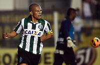 SANTOS SP, 21 Julho 2013 - Santos  X Coritiba - Alex comemora gol durante partida contra o Santos valida pelo campeonato brasileiro de 2013  no Estadio da Vila Belmiro em  Santos, neste domingo, 21. (FOTO: ALAN MORICI / BRAZIL PHOTO PRESS).