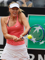 La russa Maria Sharapova in azione durante la semifinale contro la connazionale Daria Gavrilova agli Internazionali d'Italia di tennis a Roma, 16 maggio 2015. <br />