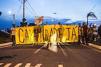 ITU, SP, 29.09.2014 - Manifestação crise do abastecimento - ITU - Protesto que estava frente à Prefeitura de Itu contra a falta de água na cidade, segue em caminhada até o condominio onde mora o Prefeito, nesta segunda-feira. Com 165 mil habitantes, Itu foi a primeira cidade paulista a decretar racionamento de água. A medida entrou em vigor no dia 1º de fevereiro, na zona sul, e foi ampliada para todo o município em março. Hoje, o abastecimento é feito em dias alternados. Itu capta água em seis reservatórios rasos que estão praticamente secos. O fornecimento é feito pela concessionária Águas de Itu, incorporada pela Águas do Brasil no auge da crise. A nova empresa passou a adquirir 3 milhões de litros diários de outras cidades para suprir a escassez e iniciou a construção de adutora para captar 280 litros por segundo em dois ribeirões, que só ficará pronta em janeiro.(Foto: Marcelo Brammer / Brazil Photo Press).
