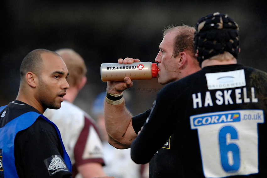 Photo: Richard Lane..London Wasps v Leicester Tigers. Guinness Premiership. 26/11/2006. .Wasps' Lawrence Dallaglio takes a drink.