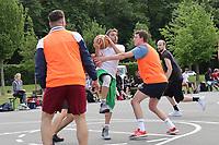 Nauheim 20.05.2017: Streetball-Turnier der Kinder- und Jugendf&ouml;rderung<br /> Mit-Organisator Sinan Tellioglu (Team Ski-Club 1) am Ball<br /> Foto: Vollformat/Marc Sch&uuml;ler, Sch&auml;fergasse 5, 65428 R'heim, Fon 0151/11654988, Bankverbindung KSKGG BLZ. 50852553 , KTO. 16003352. Alle Honorare zzgl. 7% MwSt.