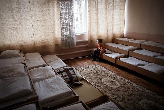 Sergej, 5 Jahre. Lebt ebenfalls im Kindergarten von Chisinau.<br />Nach seiner Dosis Medikamente ist er oft m&uuml;de und matt. F&uuml;r die<br />heranwachsende Generation von Moldawiern wird das Leben mit<br />dieser Krankheit wohl noch Teil ihres ohnehin oft beschwerlichen<br />und entbehrungsreichen Lebens bleiben. // Moldova is still the poorest country of Europe. Hopes to join the European Union are high. After progress in the past years tuberculosis is on the rise again. The number of new patients raise since 2010 and is on a level that has not been reached since the late 90s.