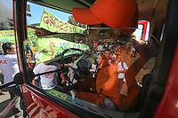 BRASILIA, DF, 14.06.2013 - COPA DAS CONFEDERAÇÕES PROTESTO - Manifestantes ligados a movimentos de luta por moradia queimam pneus em frente ao estádio Mané Garrincha em Brasília, no Distrito Federal na manhã desta sexta-feira, 14. (Foto: William Volcov / Brazil Photo Press)