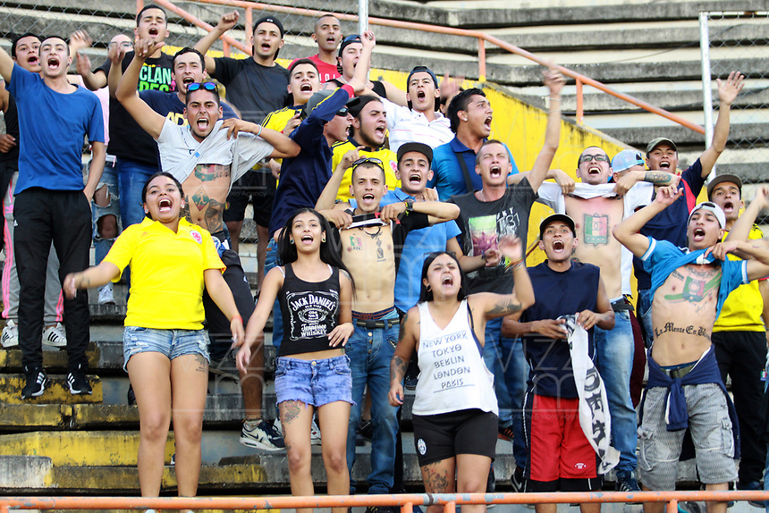 NEIVA - COLOMBIA, 19-08-2018: Hinchas del Huila animan a su equipo durante el partido entre Atlético Huila y Once Caldas por la fecha 5 de la Liga Águila II 2018 jugado en el estadio Guillermo Plazas Alcid de la ciudad de Neiva. / Fans of Huila cheer for their team during the match between Atletico Huila and Once Caldas for the date 5 of the Aguila League II 2018 played at Guillermo Plazas Alcid in Neiva city. VizzorImage / Sergio Reyes / Cont