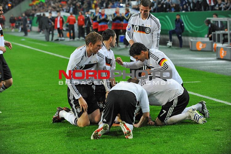 Fu&szlig;ball, L&auml;nderspiel, WM 2010 Qualifikation Gruppe 4 in M&ouml;nchengladbach ( Borussia Park ) <br />  Deutschland (GER) vs. Wales ( GB )<br /> <br /> 1:0 Piotr Trochowski ( Ger / Hamburger SV #14 Jubel mit Michael Ballack (Ger /  Chelsea London #13) Bastian Schweinsteiger ( Ger /  Bayern Muenchen #7) Lukas Podolski  (Ger /  Bayern Muenchen #10) Per Mertesacker ( Ger / Werder Bremen #17) <br /> Foto &copy; nph (  nordphoto  )<br />  *** Local Caption ***