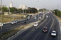 """ATENÇÃO EDITOR: FOTO EMBARGADA PARA VEICULOS INTERNACIONAIS - SAO PAULO, SP, 17 DE SETEMBRO 2012 - TRANSITO PAULISTA -  Com a Campanha """"De carona para um amigo e use a faixa reversível"""" a semana começou com transito moderado na capital na altura da ponte da Casa Verde, zona norte de SP - essa é a semana mundial do dia sem carro, 17  - FOTO LOLA OLIVEIRA - BRAZIL PHOTO PRESS"""