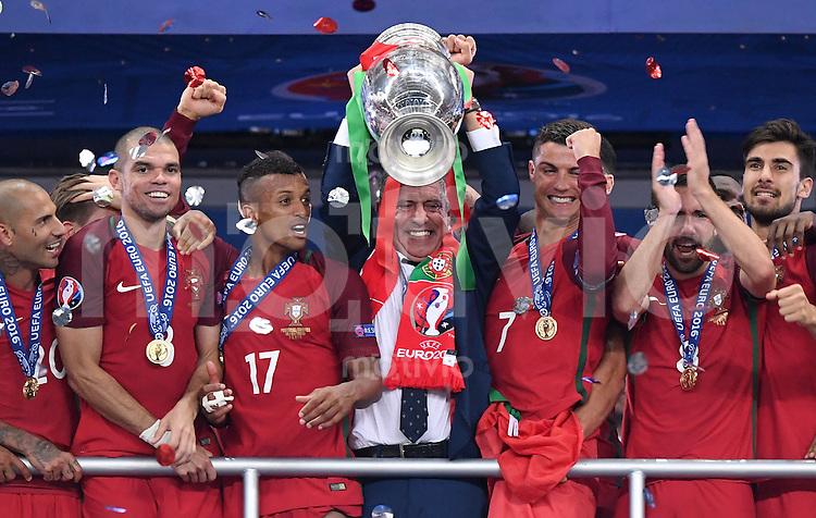 FUSSBALL EURO 2016 FINALE IN PARIS  Portugal - Frankreich          10.07.2016 Siegerehrung: Trainer Fernando Santos hat die Hand am Pokal