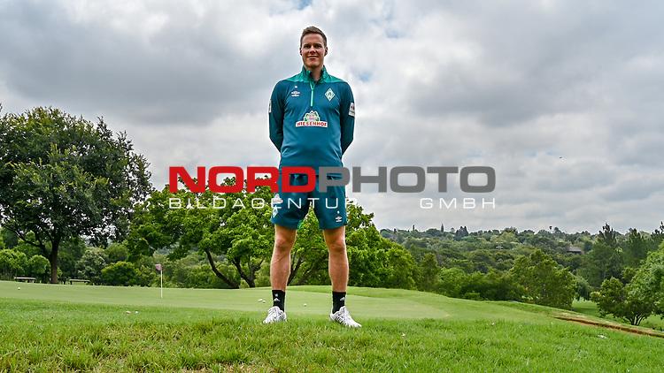 04.01.2019, Trainingsgelaende Randburg Football Club, Johannesburg, RSA, TL Werder Bremen Johannesburg Tag 02<br /><br />im Bild / picture shows <br /><br />Niklas Moisander (Werder Bremen #18)<br /> Freisteller<br />Einzelaktion, Ganzkörper / Ganzkoerper<br />nach dem INterview<br /><br />Foto © nordphoto / Kokenge