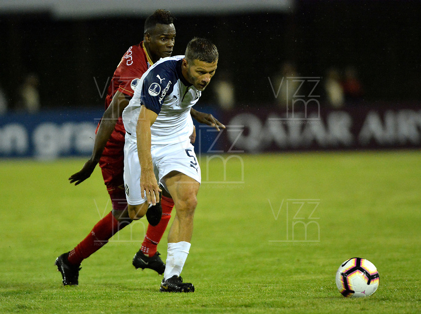 RIONEGRO- COLOMBIA, 21-04-2019: Jáder Obrian de Rionegro Águilas Doradas (COL) y Nicolás Domingo del Club Atlético Independiente (ARG), disputan el balón durante partido de ida de la segunda fase entre Rionegro Águilas Doradas (COL) y Club Atlético Independiente (ARG) por la Copa Conmebol Sudamericana 2019, jugado en el estadio Alberto Giraldo de la ciudad de Rionegro. / Jader Obrian of Rionegro Aguilas Doradas (COL) and Nicolas Domingo of Club Atletico Independiente (ARG) figth for the ball, during a match of the first round of the second stage between Rionegro Aguilas Doradas (COL) and Club Atletico Independiente (ARG) for the Conmebol Sudamericana Cup 2019, played at Alberto Giraldo stadium in Rionegro city. Photo: VizzorImage / Fernando Agudelo / Cont.