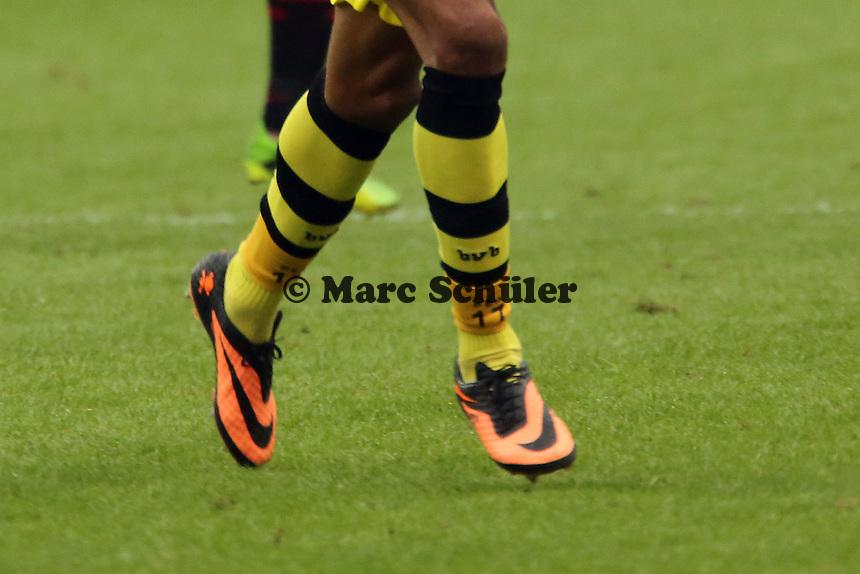 Schuhe von Pierre Aubameyang (BvB) und seine Stutzen mit Nummer und Initialen - Eintracht Frankfurt vs. Borussia Dortmund