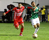 TUNJA -COLOMBIA, 27-10-2015. Jhon Cano (Izq) jugador de Patriotas FC disputa el balón con Andres Roa (Der) jugador de Deportivo Cali durante partido por la fecha 17 de la Liga Águila II 2015 realizado en el estadio La Independencia de Tunja./  Jhon Cano (L) player of Patriotas FC fights the ball with Andres Roa (R) player of Deportivo Cali during match for the 17th date of Aguila League II 2015 played at La Independencia stadium in Tunja. Photo: VizzorImage/César Melgarejo/ Cont