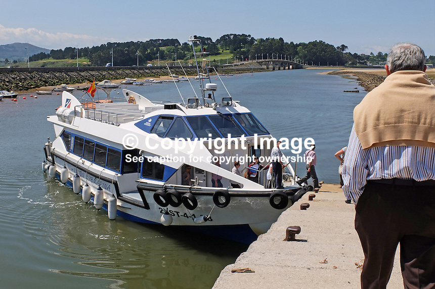 Regina Doce, pleasure boat, calls at Somo to disembark and embark passengers, Santander, Spain, May, 2015, 201505080908<br />