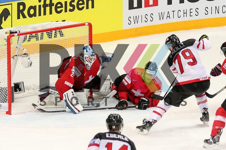 Canadas O'Reilly, Ryan (Nr.79) alleine vorm Tor und dem Abpraller, Schweizs Bera, Reto (Nr.20) am Boden und Schweizs Helbling, Timo (Nr.6) ebenfalls im Spiel IIHF WC15 Schweiz vs. Canada.<br /> <br /> Foto &copy; P-I-X.org *** Foto ist honorarpflichtig! *** Auf Anfrage in hoeherer Qualitaet/Aufloesung. Belegexemplar erbeten. Veroeffentlichung ausschliesslich fuer journalistisch-publizistische Zwecke. For editorial use only.