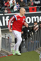 Arjen Robben (Bayern) kommt verspätet zum Aufwärmen auf den Platz  - Eintracht Frankfurt vs. FC Bayern München, Commerzbank Arena