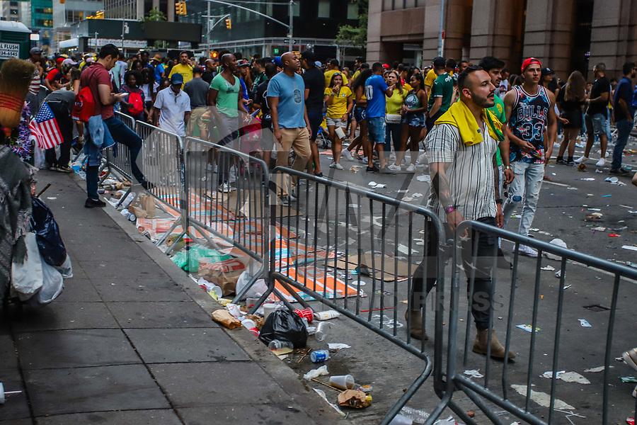 NOVA YORK, (EUA), 01.09.2019 - BR-DAY - Lixo acumulado sao vistos nao chão da sexta avenida durante o Brazilian Day em Nova York neste domingo, 01. (Foto: Vanessa Carvalho/Brazil Photo Press)