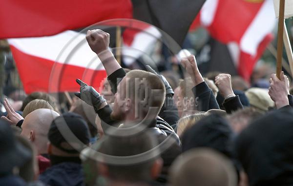 60 aars jubilaeum for Anden Verdenskrigs Slutning i Berlin. NPD´s ungdomsorganisation Junge Nationalsozialisten´s Demonstration mod begrebet 60 aars jubilaeum for Tysklands befrielse. De tyske nynazister ventede og ventede paa politiets tilladelse til at gaa den planlagte rute. Pga Antifacistiske moddemonstrationer kom nynacisterne dog aldrig laengere end til startstedet Alexander Platz i Berlin..Berlin, 08.05.2005. Photo: CHRISTIAN JOERGENSEN / EUP-IMAGES