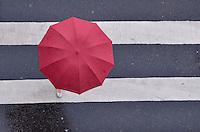 SAO PAULO, SP, 27 DE MAIO DE 2013 -CLIMA TEMPO - SAO PAULO - Paulistano vive tarde chuvosa e de baixas temperaturas nesta segunda feira, 27, Avenida Paulista, região central da capital.  (FOTO: ALEXANDRE MOREIRA / BRAZIL PHOTO PRESS)