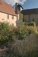 Jardin de curé aux pieds de l'Église Saint-Jean-Baptiste