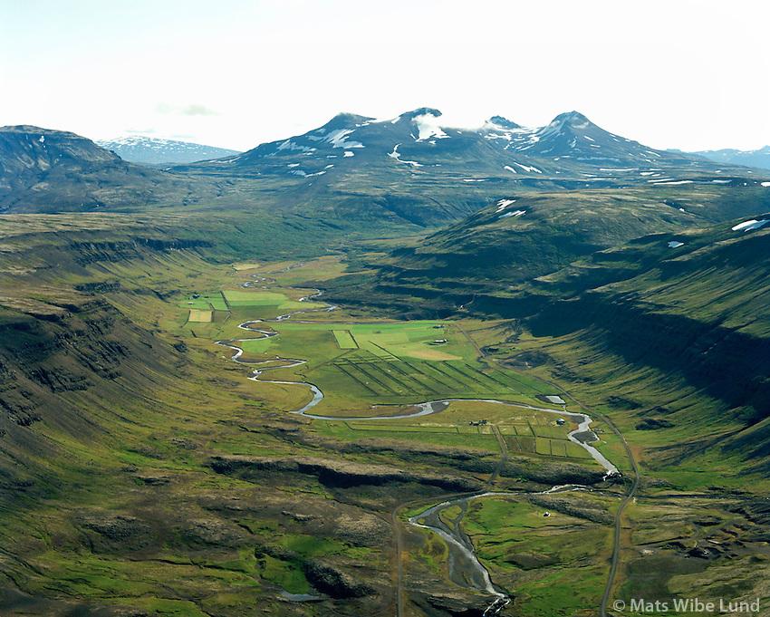 Skorhagi, Þrándarstaðir og Ingunnarstaði, séð til austurs, Brynjudalur, Botmnssúlur i baksýni, Kjósarhreppur / Skorghagi, Thrandarstadir and Ingunnarstadir in Brynjudalur viewing east, mount Botnssulur, Kjosarhreppur.