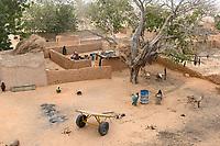 NIGER, Maradi, village Dan Bako, clay houses of homestead / Haeuser aus Lehm
