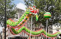 Nederland  Amsterdam  2016.  Boeddhadag op de Nieuwmarkt in Amsterdam. Viering van de geboorte van Boeddha. Drakendans. Foto Berlinda van Dam / Hollandse Hoogte