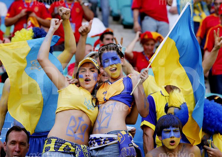 Fussball WM 2006  Gruppenspiel  Vorrunde Gruppe H Spanien - Ukraine  Zwei Fans der Ukraine feiern vor dem Spiel ausgelassen