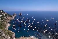 Blick von Belvedere Punta Cannone auf Faraglioni-Felsen, Capri, Italien