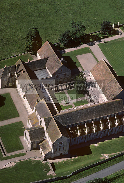Europe/France/Centre/18/Cher/Noirlac : Abbaye de Noirlac construite vers 1150 par un petit groupe de moines venus de l'Abbaye de Clairvaux (Bourgogne) Vue  aérienne [Non destiné à un usage publicitaire - Not intended for an advertising use] [Non destiné à un usage publicitaire - Not intended for an advertising use]