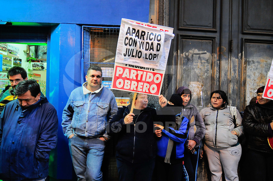 BUENOS AIRES, ARGENTINA, 18 SETEMBRO 2012 - PROTESTO JULIO LOPES -  6 º aniversário do desaparecimento de Julio López. Lopez, que foi sequestrado e torturado durante a última ditadura militar, testemunhou em um julgamento contra seus captores, e desapareceu dias depois, no que é considerado como um ato de intimidação por outras testemunhas, em frente ao Congresso Nacional em Buenos Aires, capital da Argentina, nesta terca-feira, 18. (FOTO: PATRICIO MURPHY / BRAZIL PHOTO PRESS).