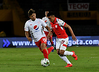 BOGOTÁ-COLOMBIA, 22–08-2019: Jhon Velásquez de Independiente Santa Fe y Rafael Carrascal de América de Cali disputan el balón, durante partido de la fecha 7 entre Independiente Santa Fe y América de Cali, por la Liga Águila II 2019, jugado en el estadio Nemesio Camacho El Campín de la ciudad de Bogotá. / Jhon Velasquez of Independiente Santa Fe and Rafael Carrascal of America de Cali fight for the ball, during a match of the 7th date between Independiente Santa Fe and America de Cali, for the Aguila Leguaje II 2019 played at the Nemesio Camacho El Campin Stadium in Bogota city, Photo: VizzorImage / Luis Ramírez / Staff.