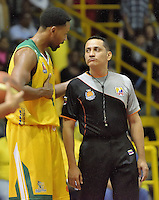 BOGOTÁ -COLOMBIA. 05-06-2014. Hunter Randall de Cimarrones habla con uno de los árbitros durante el tercer juego entre Guerreros de Bogotá y Cimarrones del Chocó por los playoffs finales de la  Liga DirecTV de Baloncesto 2014-I de Colombia realizado en el coliseo El Salitre de Bogotá./ Hunter Randall of Cimarrones talks with a referee during the third match between Guerreros de Bogota and Cimarrones del Choco for the playoffs finals of the DirecTV Basketball League 2014-I in Colombia played at El Salitre coliseum in Bogota. Photo: VizzorImage/ Gabriel Aponte / Staff