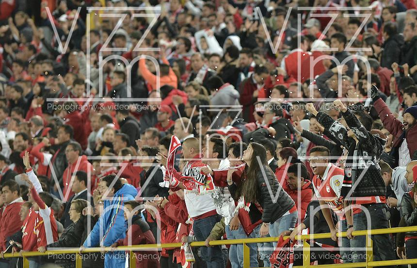 BOGOTÁ - COLOMBIA -29-09-2015: Hinchas de Santa Fe celebran la vicar de su equipo en el encuentro de vuelta entre Independiente Santa Fe (COL) y Emelec (ECU) por octavos de final, llave C, de la Copa Sudamericana 2015 jugado en el estadio Nemesio Camacho El Campín de la ciudad de Bogota./ Fans of Santa Fe celebrate the victory of their team in second leg match between Independiente Santa Fe (COL) and Emelec (ECU) for the knockout stages, key C, of the Copa Sudamericana 2015 played at Nemesio Camacho El Campin stadium in Bogota city.  Photo: VizzorImage/ Gabriel Aponte /Staff