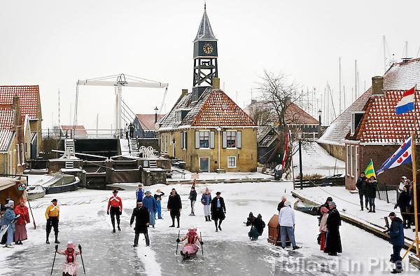 IJsfeest in Hindeloopen. Schaatsen in klederdracht.