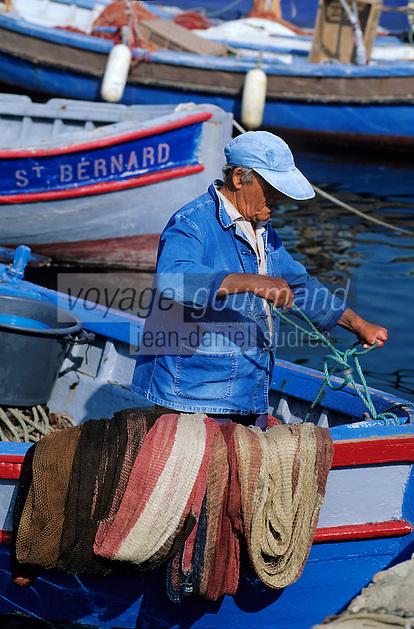 France/Corse/Corse-du-Sud/2A/Ajaccio: Pêcheur sur le port [Non destiné à un usage publicitaire - Not intended for an advertising use]