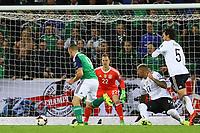 Conor Washington (Nordirland, Northern Ireland) setzt sich durch und zieht ab - 05.10.2017: Nordirland vs. Deutschland, WM-Qualifikation Spiel 9, Windsor Park Belfast
