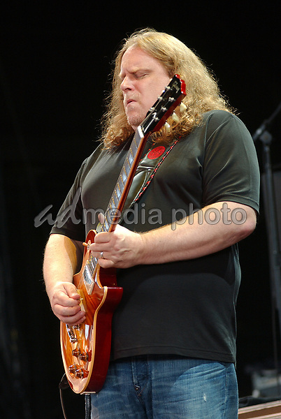16 August 2006 - Pittsburgh, Pennsylvania -  Guitarist WARREN HAYNES of the ALLMAN BROTHERS BAND performs on their 2006 Tour at the Post-Gazette Pavilion. Photo Credit: Jason L Nelson/AdMedia