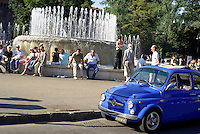 Milano, zona centro. Una vecchia Fiat 500 Abarth alla fontana davanti al Castello Sforzesco --- Milan, downtown. An old Fiat 500 Abarth at the fountain in front of the Sforza Castle