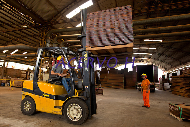 Processo de produção de painéis, pisos e decks <br /> Distrito industrial, Ananindeua, Pará, Brasil.<br /> Foto: Lucivaldo Sena<br /> 04/2013