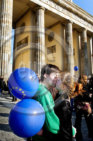 BERLIN - GERMANY 23. 3. 2007 -- EU celebrates its first 50 years. A young couple with EU balloons kisses in front of the Brandenburger Gate -- PHOTO: GORM K. GAARE