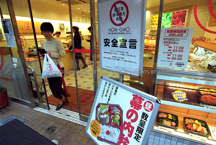 9/12/2000--Tokyo, Japan..'Earth Health Family, a 'bento' (traditional Japanes lunch box) chain store that serves only GM free foods, doing booming business in Tokyo....All photographs ©2003 Stuart Isett.All rights reserved.This image may not be reproduced without expressed written permission from Stuart Isett.