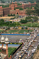 "Südasien Asien Indien IND Neu Delhi .Blick von der Jami Masjid der großen Moschee auf Basarstrasse und Rotes Fort Lal Qila in Alt Delhi , gebaut von Shah Jahan 1638 bis 1648 - Religion Islam Allah Muslim Moslem Glauben Gebet Gott heilig Old Dehli Altstadt Altstadtviertel Minarett Architektur Baudenkmal Moghul Moghulreich Moghulherrschaft Festung Red Fort Geschichte roter Sandstein historisch Basar Markt Stadtansicht xagndaz | .South Asia India New Delhi .view from jami masjid the great mosque to red fort and bazaar steet in Old Delhi - religion islam muslim old town dehli castle market .| [ copyright (c) Joerg Boethling / agenda , Veroeffentlichung nur gegen Honorar und Belegexemplar an / publication only with royalties and copy to:  agenda PG   Rothestr. 66   Germany D-22765 Hamburg   ph. ++49 40 391 907 14   e-mail: boethling@agenda-fototext.de   www.agenda-fototext.de   Bank: Hamburger Sparkasse  BLZ 200 505 50  Kto. 1281 120 178   IBAN: DE96 2005 0550 1281 1201 78   BIC: ""HASPDEHH"" ,  WEITERE MOTIVE ZU DIESEM THEMA SIND VORHANDEN!! MORE PICTURES ON THIS SUBJECT AVAILABLE!! INDIA PHOTO ARCHIVE: http://www.visualindia.net ] [#0,26,121#]"