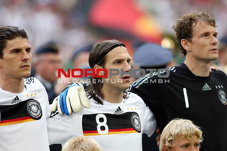 UEFA Euro 2008 Test - Deutschland (GER) vs. Serbien ( SRB ) 2 - 1 am 31.05.2008 in Gelsenkirchen - Auf Schalke<br /> Freundschaftsspiel - Friendlymatch<br /> <br /> Mario Gomez (#9 VfB Stuttgart Deutsche Nationalmannschaft), Torsten Frings (#8 Werder Bremen Deutsche Nationalmannschaft) und Jens Lehmann (#1 ARSENAL London Torwart / Keeper Deutsche Nationalmannschaft) vor dem Spiel w&auml;hrend der Nationalhymne.<br /> <br /> Foto &copy; nph (  nordphoto  ) *** Local Caption ***