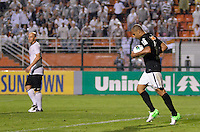 ATENÇÃO EDITOR: FOTO EMBARGADA PARA VEÍCULOS INTERNACIONAIS - SÃO PAULO, SP, 10 NOVEMBRO DE 2012 - CAMPEONATO BRASILEIRO - CORINTHIANS x CORITIBA: Deivid coemora gol durante partida Corinthians x Coritiba, válida pela 35ª rodada do Campeonato Brasileiro de 2012, em partida disputada no Estádio do Pacaembu em São Paulo. FOTO: LEVI BIANCO - BRAZIL PHOTO PRESS
