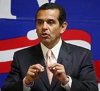 Los Angeles mayor Antonio Villaraigosa speaks to an assembly of presidential candidate Hillary Clinton supporters, Feb. 18, 2008, at Clinton's presidential campaign headquarters in San Antonio. (Darren Abate/PressPhotoIntl.com)