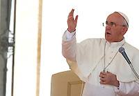 Papa Francesco benedice i fedeli al termine dell'udienza generale del mercoledi' in Piazza San Pietro, Citta' del Vaticano, 4 settembre 2013.<br /> Pope Francis blesses faithful at the end of his weekly general audience in St. Peter's Square at the Vatican, 4 September 2013.<br /> UPDATE IMAGES PRESS/Isabella Bonotto<br /> <br /> STRICTLY ONLY FOR EDITORIAL USE
