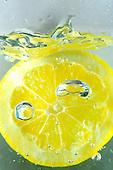 Lemon Slice Splash in water