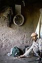 Irak 1985.Dans les zones libérées, région de Lolan, un peshmerga nourrissant une perdrix.Iraq 1985.In liberated areas, Lolan district, a peshmergas with his pet partridge